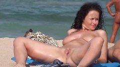 Brüste am strand nackt Volle Brüste
